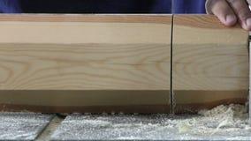 Le charpentier travaille au morceau de bois banque de vidéos