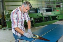 Le charpentier travaille avec du bois sur l'espace de travail Photo libre de droits