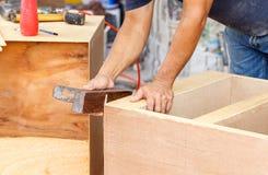 Le charpentier a utilisé la planeuse pour font de nouveaux meubles pour la maison image stock
