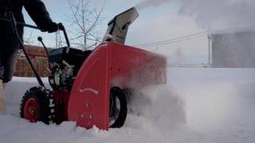 Le chasse-neige enlève la dérive de neige