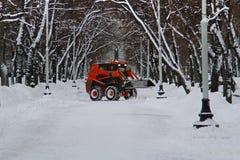 Le chasse-neige nettoie de la neige de route sur le boulevard de Tverskoy à Moscou Image stock
