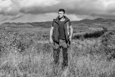 Le chasseur barbu de type dépensent la chasse de loisirs sur des oiseaux Concept de passe-temps de chasse Règlement de la chasse  photographie stock