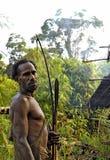 Le chasseur de Korowai de portrait avec la flèche et l'arc image libre de droits