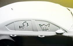 Le chat et les souris font face à la voiture de neige coevered ci-dessus Photos libres de droits