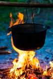 Le chaudron de cuivre énorme avec du vin chaud savoureux a fait cuire au-dessus du Photographie stock