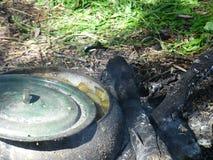 Le chaudron de fonte pour faire cuire peut être utilisé sur un feu ouvert Image stock
