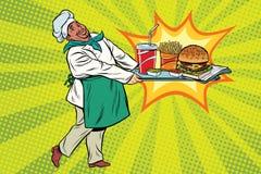 Le chef africain apporte un plateau des aliments de préparation rapide Image stock
