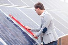 Le chef attache le marqueur horizontal des batteries solaires Photographie stock libre de droits