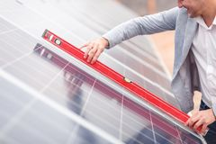 Le chef attache le plan rapproché horizontal de marqueur des batteries solaires Photo libre de droits