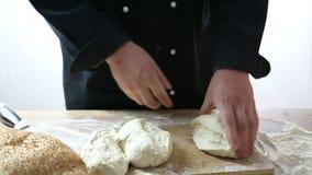 Le chef a coupé la pâte en trois parts banque de vidéos