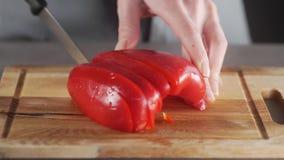 Le chef coupe des poivrons pour faire le plat légumes, salade de légume frais, cuisson saine à la maison, les légumes frais dans banque de vidéos