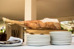 Le chef coupe en tranches le jambon de serrano Serrano de Jamon Prosciutto espagnol typique d'épicerie fine Images stock