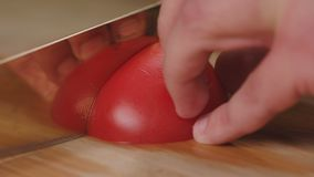 Le chef coupe et hache les tomates a de légumes avant la cuisson banque de vidéos