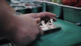 Le chef coupe les champignons banque de vidéos