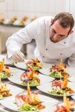 Le chef décore le paraboloïde d'apéritif Photo libre de droits