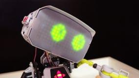 Le chef d'un robot, le robot clignote les yeux virtuels banque de vidéos