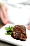 Le chef dans le restaurant offre le dessert Photo libre de droits