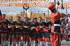 Le chef de bande conduit son équipe musicale pendant l'exposition annuelle de bande en laiton Images stock