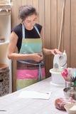 Le chef de pâtisserie à la maison enseigne faire cuire le gâteau Photographie stock libre de droits