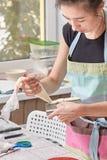 Le chef de pâtisserie à la maison enseigne faire cuire le gâteau Images libres de droits