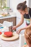 Le chef de pâtisserie à la maison enseigne faire cuire le gâteau Photos stock