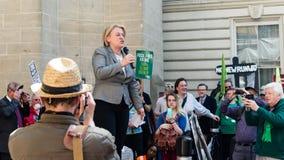 Le chef de Parti Vert de Natalie Bennett B parle aux protestataires dedans photo libre de droits