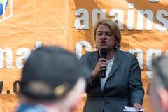 Le chef de Parti Vert de Natalie Bennett E parle aux protestataires dedans images libres de droits