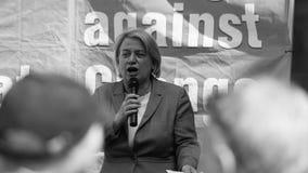 Le chef de Parti Vert de Natalie Bennett F parle aux protestataires dedans image libre de droits