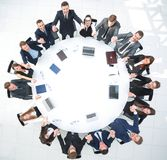 Le chef de projet et les affaires team se reposer à la table ronde Images libres de droits