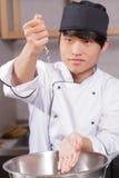 Le chef de sushi fait cuire le riz Photo libre de droits