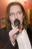 Le chef du cocktail de groupe, du chanteur et du musicien Konstantin Kuveyzev Image stock