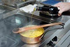 Le chef fait cuire des pâtes de fregula Photographie stock