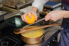 Le chef fait cuire des pâtes de fregula Photo stock