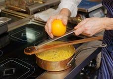 Le chef fait cuire des pâtes de fregula Image stock