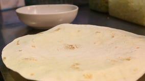 Le chef fait cuire la nourriture mexicaine en restaurant, tacos de cuisinier et quesadillas banque de vidéos