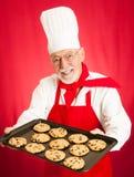 Le chef fait des biscuits cuire au four Photos libres de droits