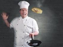 Le chef fait frire les crêpes fraîches Photographie stock libre de droits