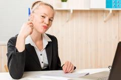 Le chef féminin réussi met sa signature sur des documents Photographie stock