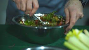 Le chef mélange une salade banque de vidéos