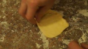 Le chef malaxe la pâte Chef préparant la pizza Effectuer des secteurs Procédé de cuisson banque de vidéos