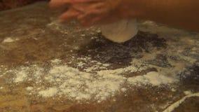 Le chef malaxe la pâte Chef préparant la pizza Effectuer la pizza Procédé de cuisson banque de vidéos
