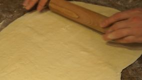 Le chef malaxe la pâte Chef préparant la pizza Effectuer la pizza Procédé de cuisson clips vidéos