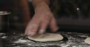 Le chef Man Kneads Dough, les mains masculines a tiré en gros plan Concept sain de consommation 4K banque de vidéos