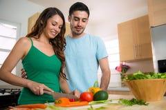 Le chef masculin et féminin apprennent et s'enseignent comment faire cuire un repas sain Images libres de droits