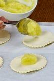 Le chef met la confiture sur les gâteaux au fromage de la pâte avec la recette de nourriture de série complète de confiture Images stock