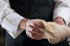 Le chef prépare la pâte Image stock