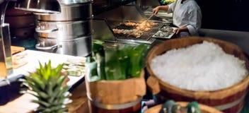 Le chef professionnel Cooking Prawns ou la crevette a grillé sur le fourneau photo libre de droits