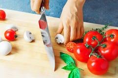 Le chef professionnel coupe des légumes avec un couteau pointu de Damasc photographie stock