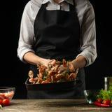 Le chef professionnel prépare des crevettes pour la salade avec des légumes, le concept des fruits de mer et la nourriture saine  photo stock