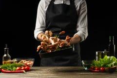 Le chef professionnel prépare des crevettes pour la salade avec des légumes, le concept des fruits de mer et la nourriture saine  photos stock